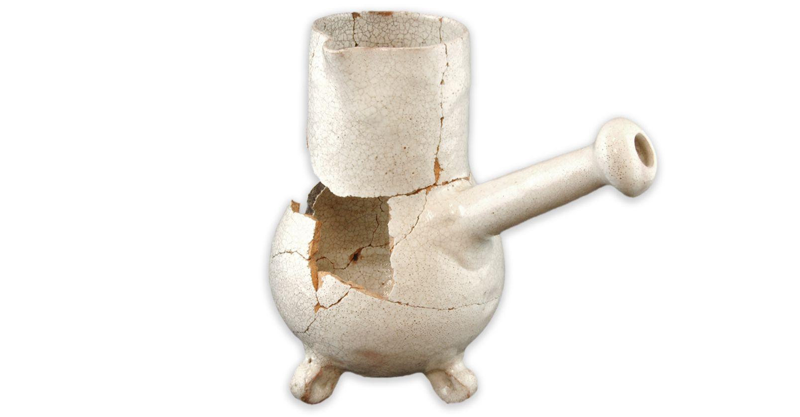 Cafetière ou chocolatièreMCC/LRAQ, photo: Catherine CaronLatrines de la maison Perthuis. Vers 1699-1750Faïence blanche, France. Les Français apprécient le café au déjeuner, noir ou avec du lait. Du café en provenance des Antilles françaises, il va sans dire. Le thé n'a pas encore la faveur des résidents de Place-Royale.