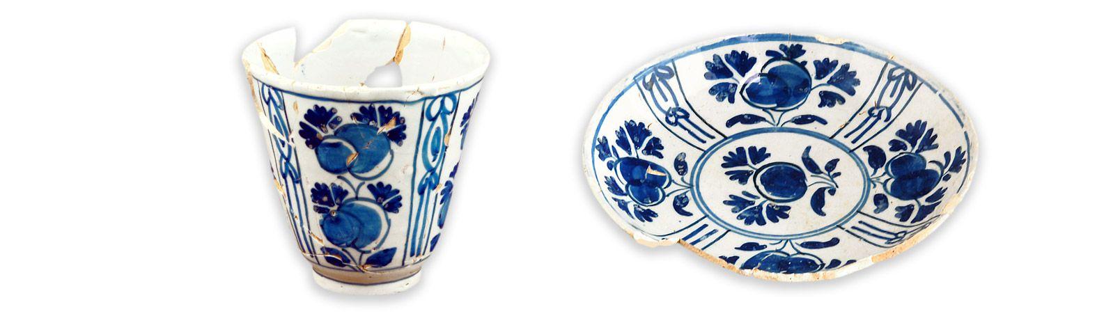 Gobelet et soucoupe MCC/LRAQ, photos: Marie-Annick PrévostLatrines de la maison Perthuis. Vers 1699-1750Faïence blanche, Delft, Hollande. Décor d'inspiration chinoise peint en camaïeu de bleu et représentant des fleurs stylisées disposées en compartiments.