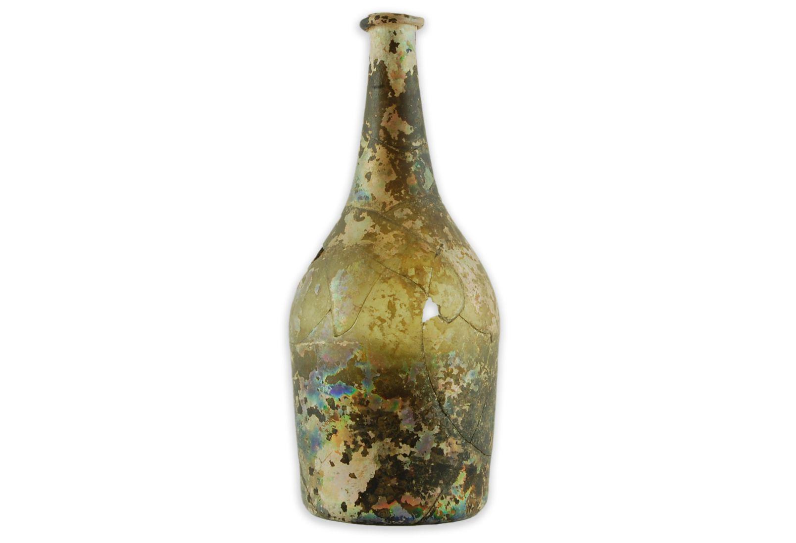Bouteille en forme de «pot à fleurs»MCC/LRAQ, photo: Joanie-April GauthierCour intérieure de la maison Le Picart. Vers 1725-1760Verre transparent vert foncé, France. Les habitants de la Nouvelle-France sont amateurs de bons vins. Ceux qui en ont les moyens n'hésitent pas à se procurer les meilleurs crus de France. Lors des repas, le vin est servi dans une carafe ou directement dans la bouteille.