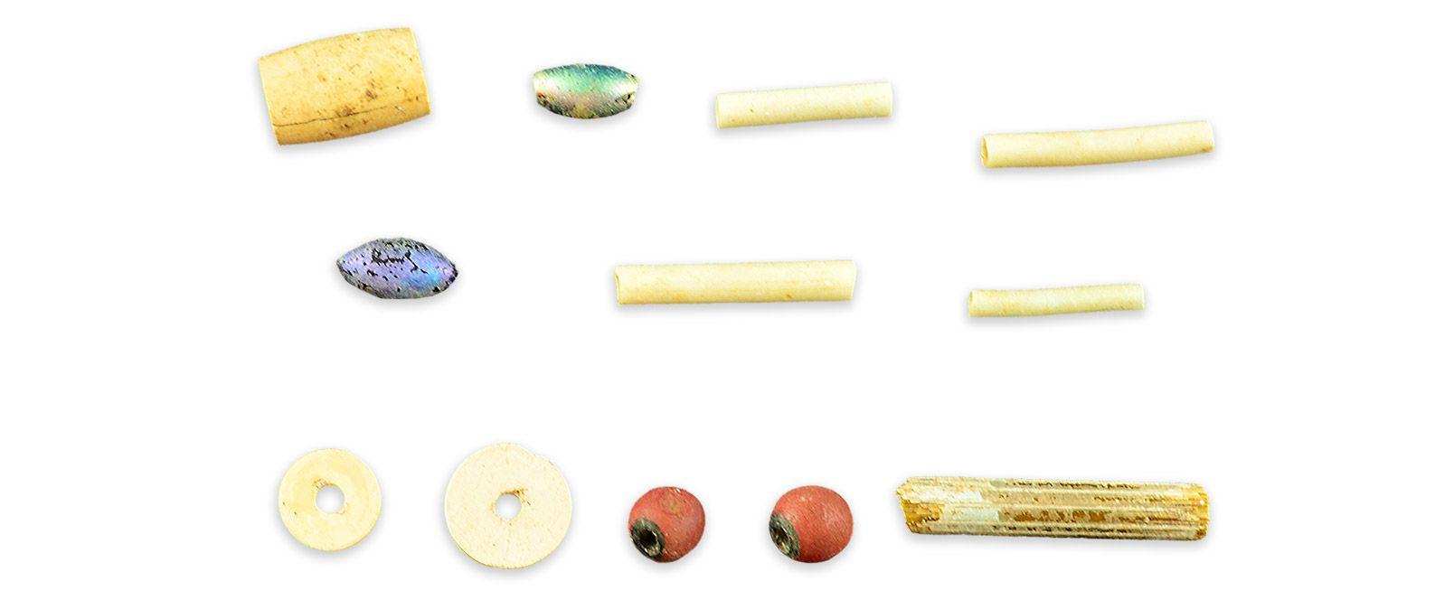 PerlesMCC/LRAQ, photo: Aurélie DesgensSite patrimonial de l'Habitation-Samuel-De Champlain. Vers 1688-1800Perles de verre avec motifs variés. Ce sont tantôt des marchandises de traite, tantôt des présents offerts aux autochtones. Les Européens comprennent rapidement que la générosité est symbole de prestige pour les Amérindiens. Ne disposant d'aucune entente écrite, les dons contribuent à cimenter les relations et les échanges.