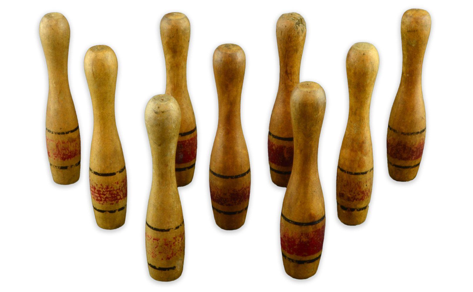Quilles en boisMCC/LRAQ, photo: Aurélie DesgensMaison Dupont-Renaud. 18e, 19e ou début du 20e siècleEnsemble de neuf quilles en bois percées à la base pour faciliter leur mise en place, Allemagne. Contrairement au bowling, les quilles se pratiquent habituellement à l'extérieur. Il s'agit peut-être ici d'un jeu de bowling miniature à l'usage des enfants. Cette activité n'est aucunement réservée à l'élite.
