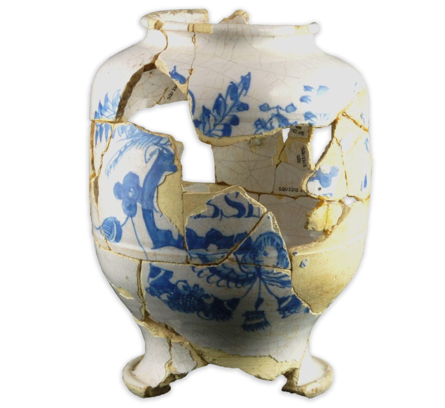 Jarre pharmaceutiqueMCC/LRAQ, photo: Marie-Annick PrévostMaison Gaillard-Soulard. Vers 1700-1750Faïence blanche, Angleterre. Décor peint en camaïeu de bleu avec représentation d'un panier de fruits, d'un oiseau et d'une tête de chérubin. Elle a pu contenir des préparations telles que des électuaires (mélanges de poudre et de miel) et des onguents. Le rebord accentué permet de sceller l'ouverture au moyen d'un parchemin ou d'une peau de vessie d'animal.