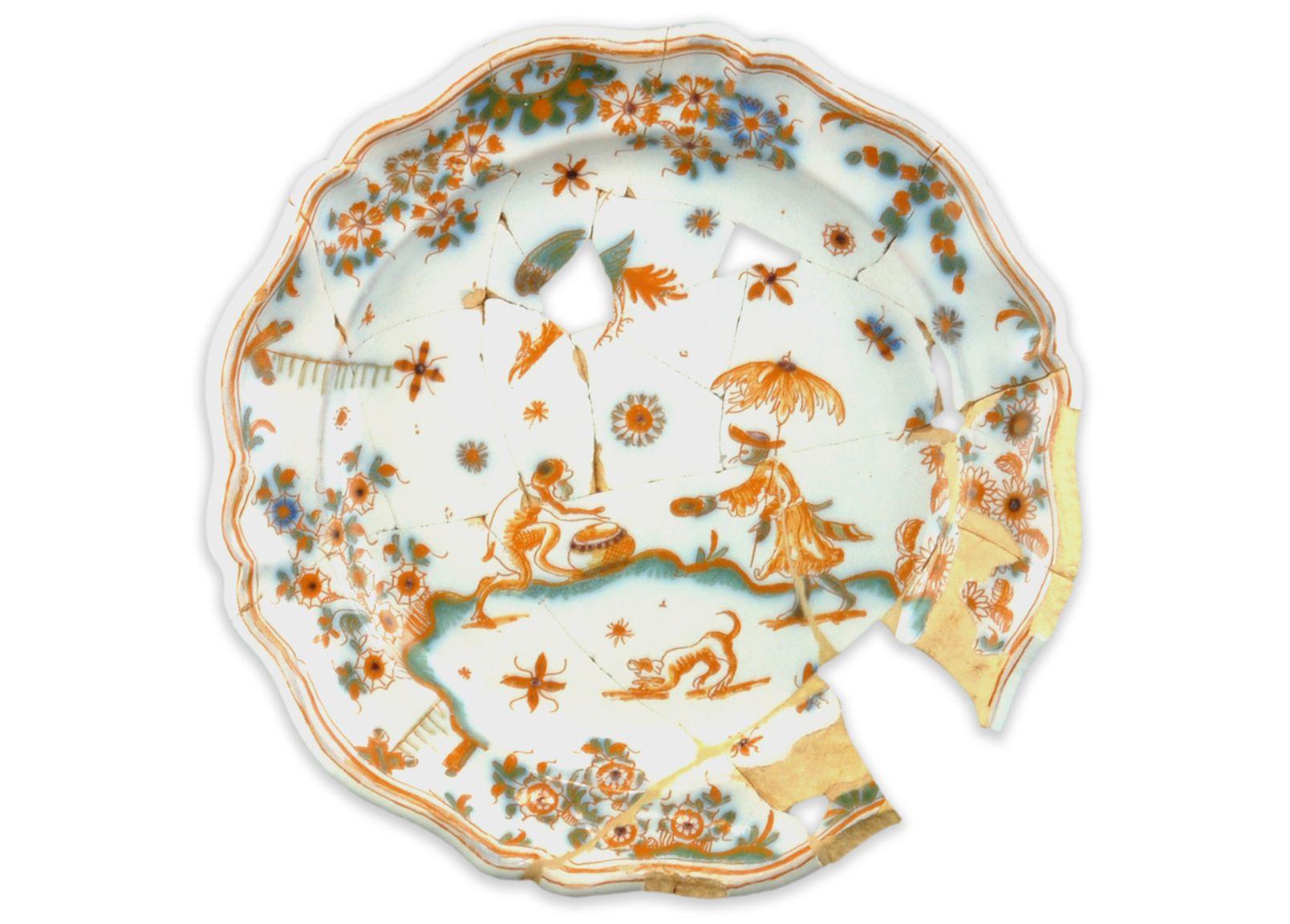 AssietteMCC/LRAQ, photo: Marie-Annick PrévostLatrines de la maison Guillaume-Estèbe. Vers 1753-1800Faïence blanche, Lyon, France. Décor d'inspiration chinoise dit « à la grotesque », peint en polychromie, dans le style de Moustiers. Il est composé d'un personnage, d'animaux fantastiques, de papillons et de fleurs.