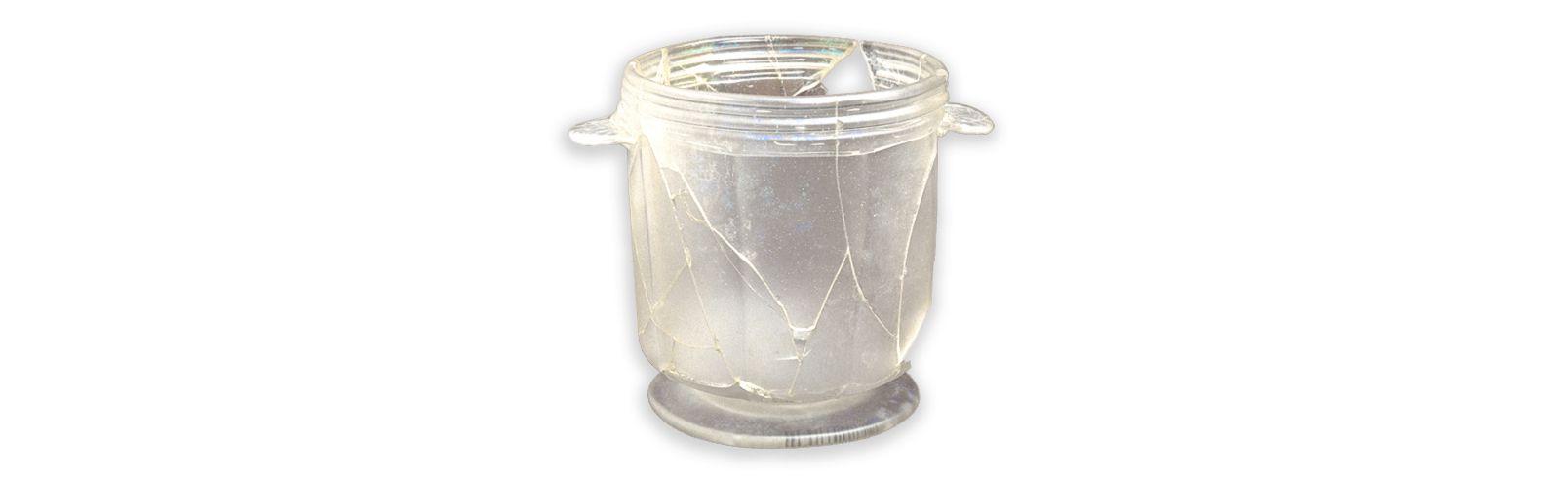 Rafraîchissoir à verreMCC/LRAQ, photo: Marc-André GrenierLatrines de la maison Perthuis. Vers 1699-1750Verre incolore demi-plomb, Hollande. Le vin frais servi à table est signe d'aisance matérielle d'où l'emploi de rafraîchissoirs de cristal remplis d'eau fraîche ou de glace.