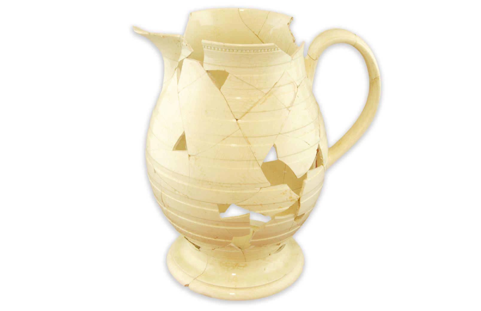 PichetMCC/LRAQ, photo : Catherine CaronLatrines de la maison Boisseau. Vers 1761-1810Terre cuite fine de type creamware, Angleterre. Le rebord évasé est cerclé d'un anneau de perles et sa panse piriforme est décorée de bandes tournassées.