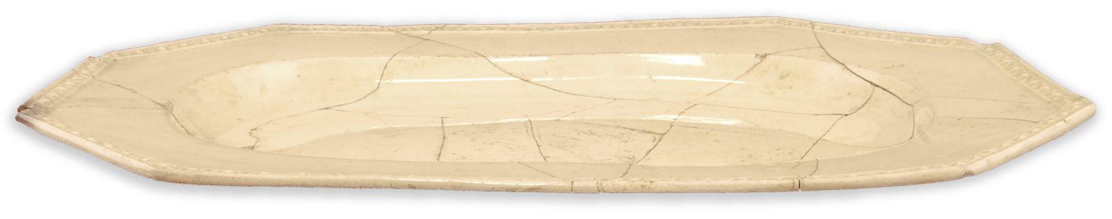Plat de serviceMCC/LRAQ, photo: Aurélie DesgensLatrines de la maison Boisseau. Vers 1761-1810Terre cuite fine de type creamware, Angleterre. De forme oblongue octogonale avec décor de diamants.