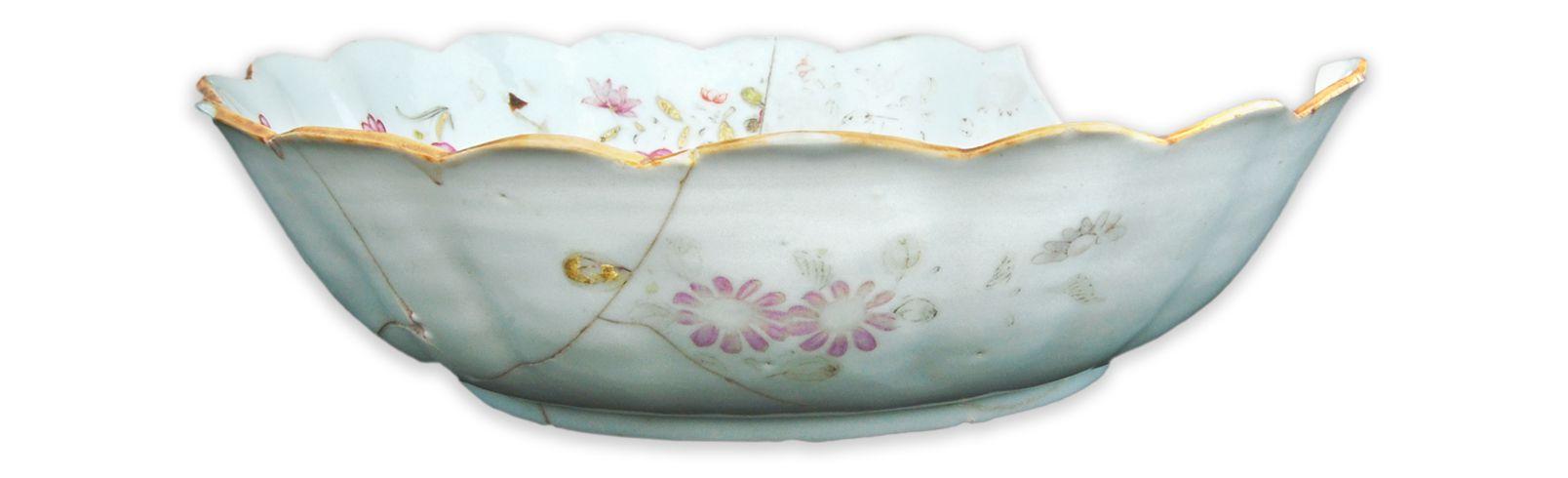 JatteMCC/LRAQ, photo: Aurélie DesgensLatrines de la maison Boisseau. Vers 1761-1810Porcelaine fine dure, Chine. Décor floral peint en émail polychrome. Le rebord porte un filet brun appelé «café au lait» rehaussé d'or.
