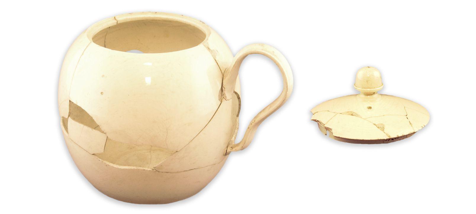 Théière et son couvercleMCC/LRAQ, photos: Aurélie DesgensLatrines de la maison Boisseau. Vers  1761-1810Terre cuite de type creamware, Angleterre. Dès 1760, dans la nouvelle colonie britannique, on consomme davantage du thé de Chine importé d'Angleterre. Entre 1760 et 1791, il représente  à lui seul 1,5 % des importations coloniales.