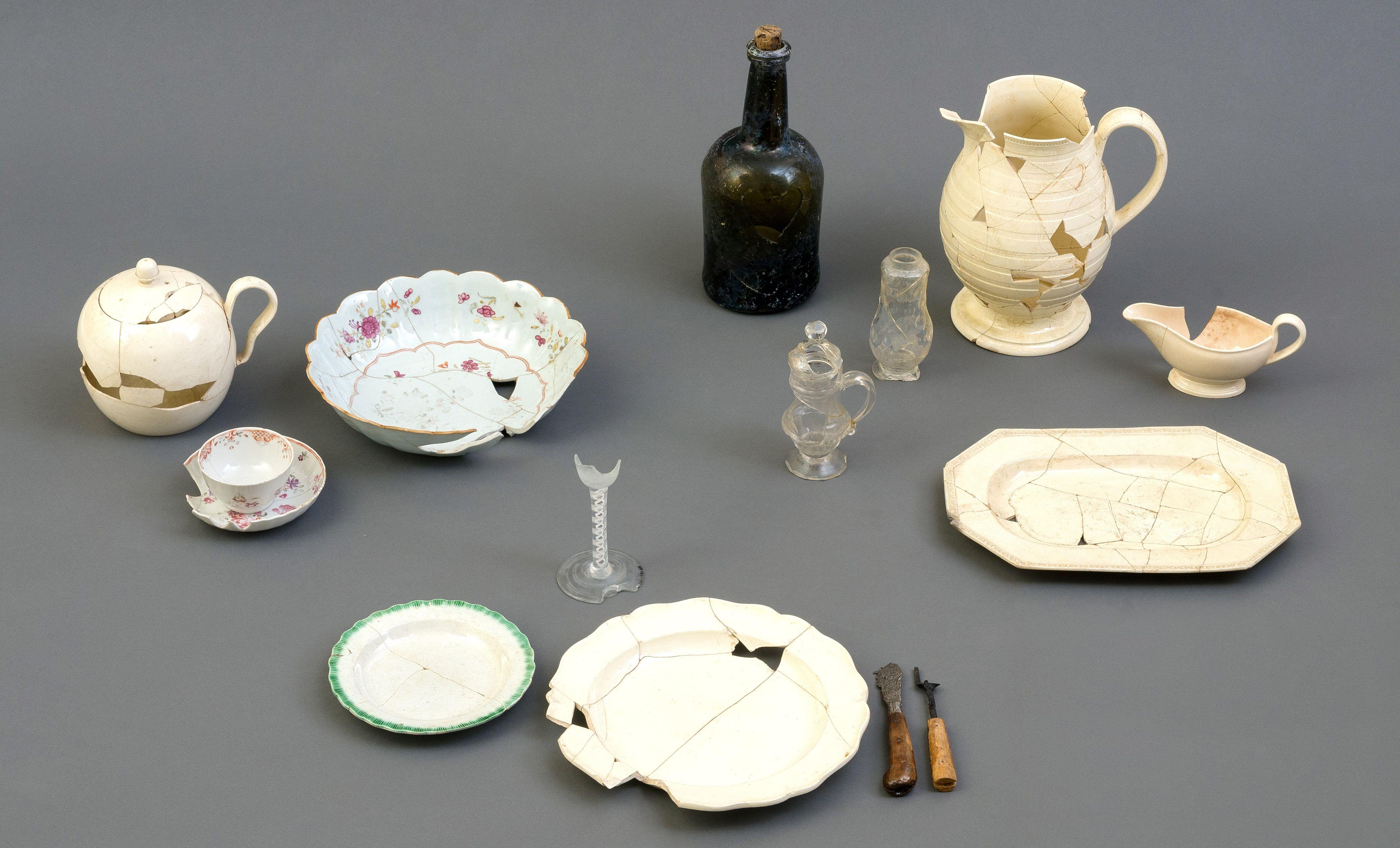 La table à l'anglaise entre 1760 et 1820  Réseau Archéo-Québec, photo: Jacques Beardsell